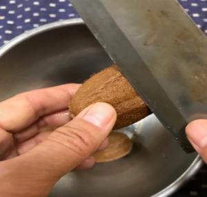 キウイの毛を包丁で削ぐ