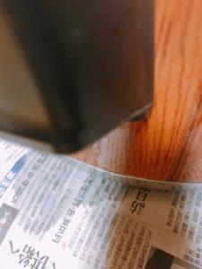 保温器の下の新聞しく