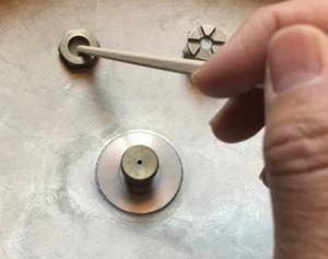 割り箸で安全弁パッキンを取り外す