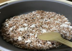 寝かせ玄米と米こうじかき混ぜ