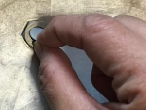 新しい安全弁パッキンを指で取り付け