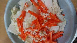 白菜人参塩麹麹材料混ぜる
