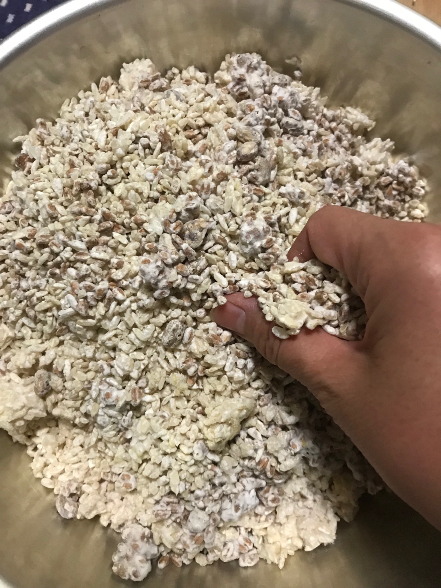 麦豆こうじと米麹をほぐす
