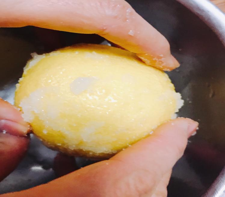 レモンに粗塩すりこむ