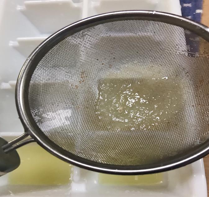 レモン果汁を茶こしに通す