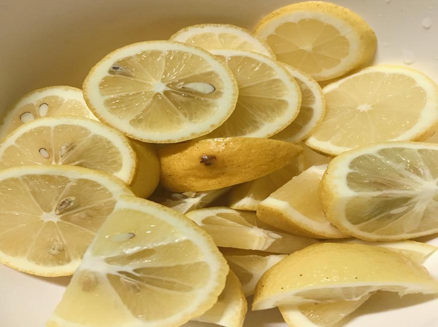 レモン輪切りとくし切りボウルの中