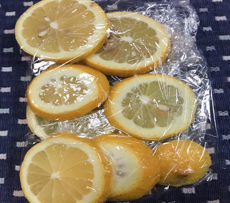 レモン輪切りをサランラップ二つ折り