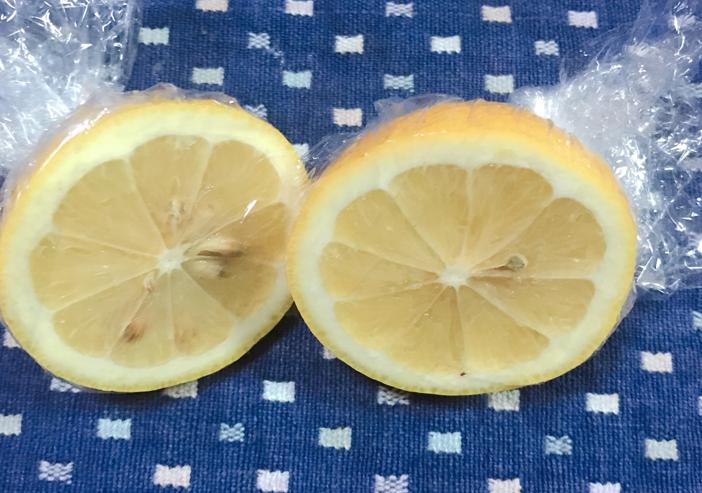 輪切りレモンサランラップで包む