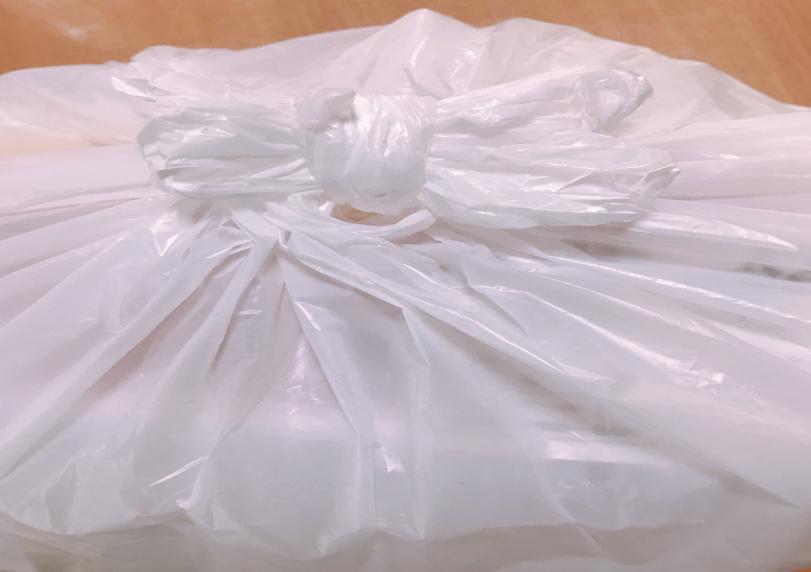 冷凍マグロと氷を入れた買い物袋