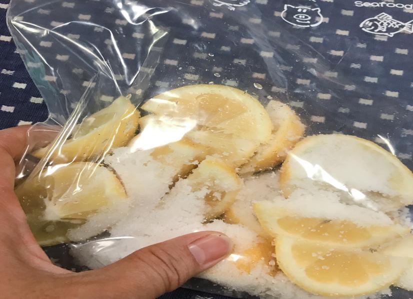 塩レモンジップロックの上から揉む