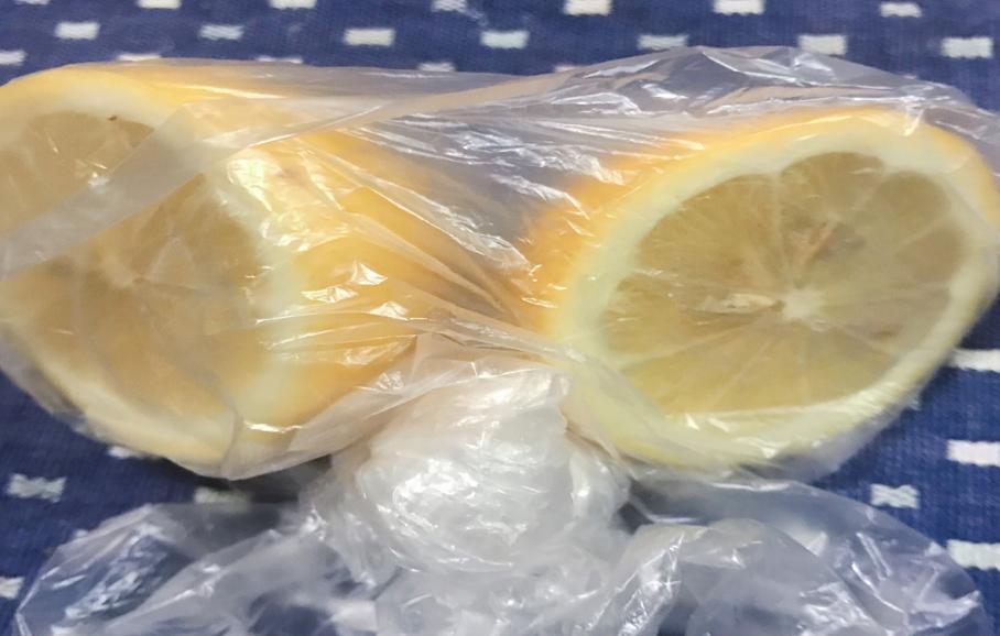 輪切りレモンビニール袋へ入れた
