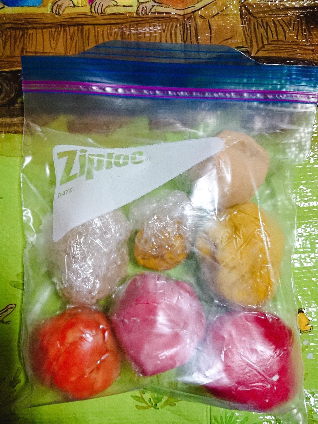 ジップロック袋へ包む小麦粉粘土