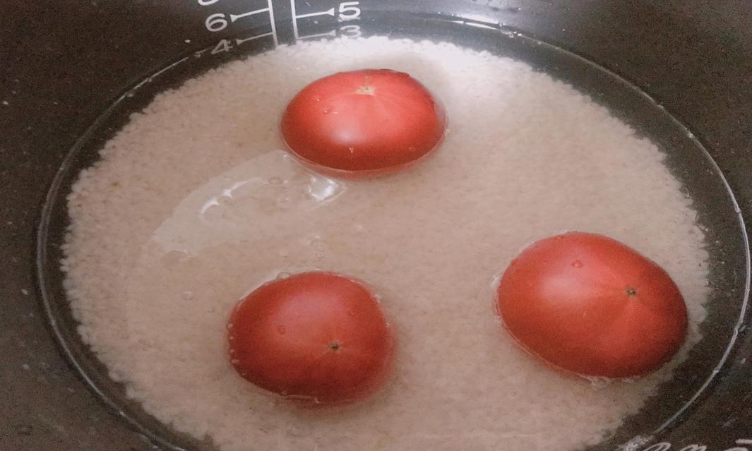 フルーツトマトを炊飯器に入れる