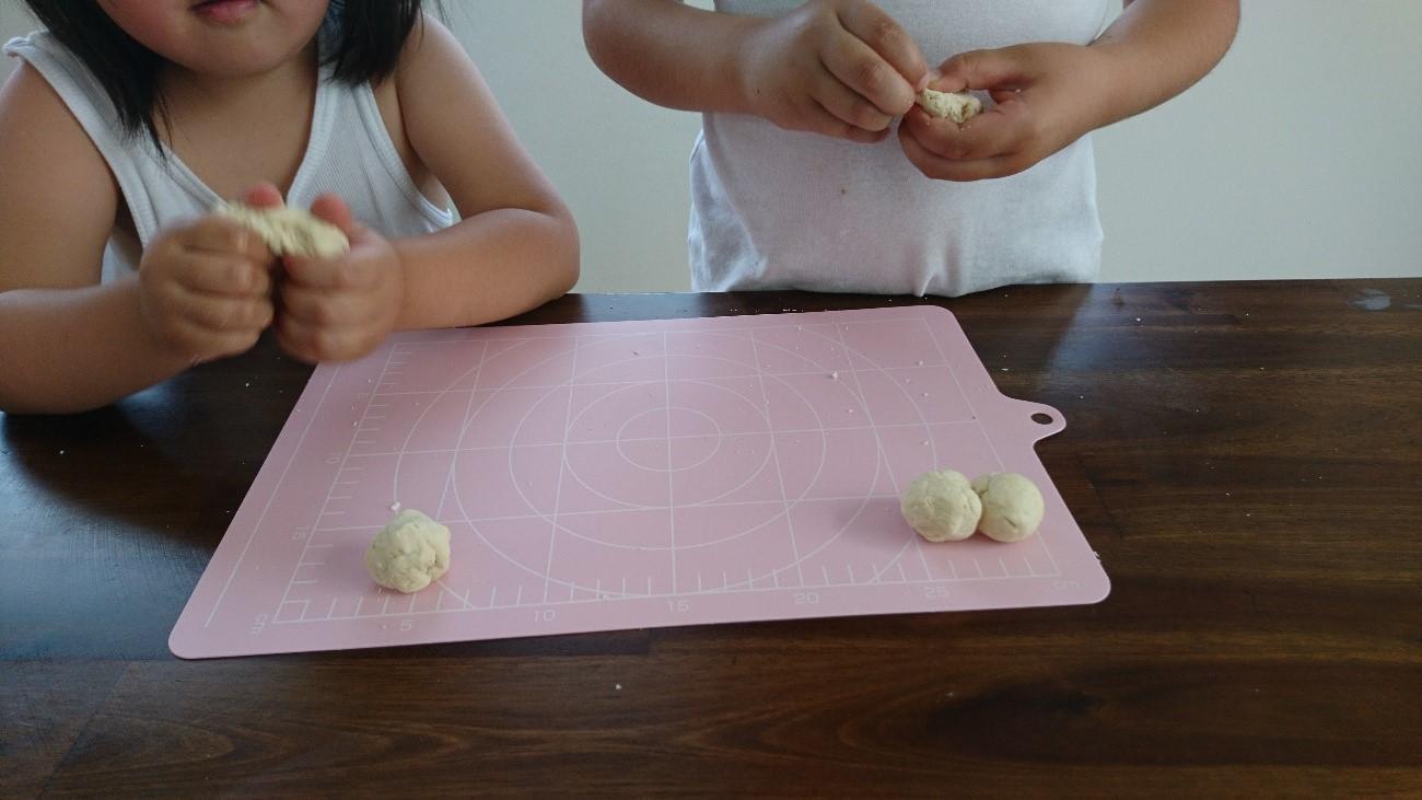 子どもが粘土遊びしている