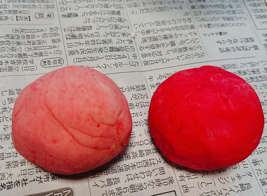 小麦粉ピンクと赤色玉