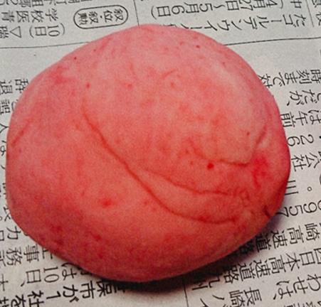小麦粉粘土と食紅でピンク色