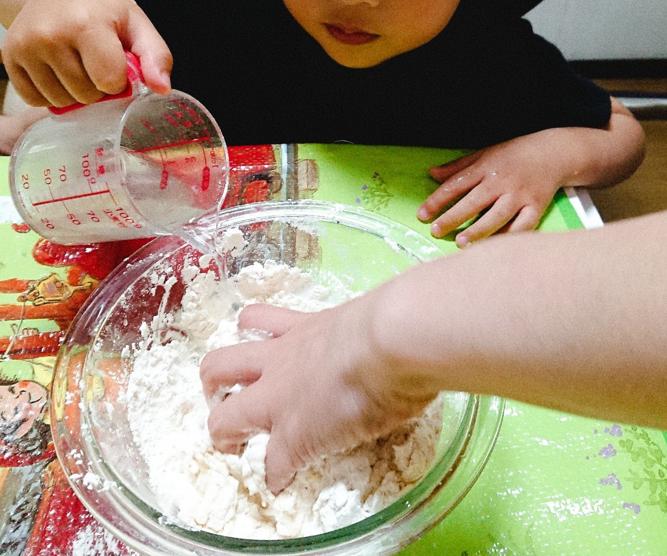 小麦粉粘土に水を混ぜる