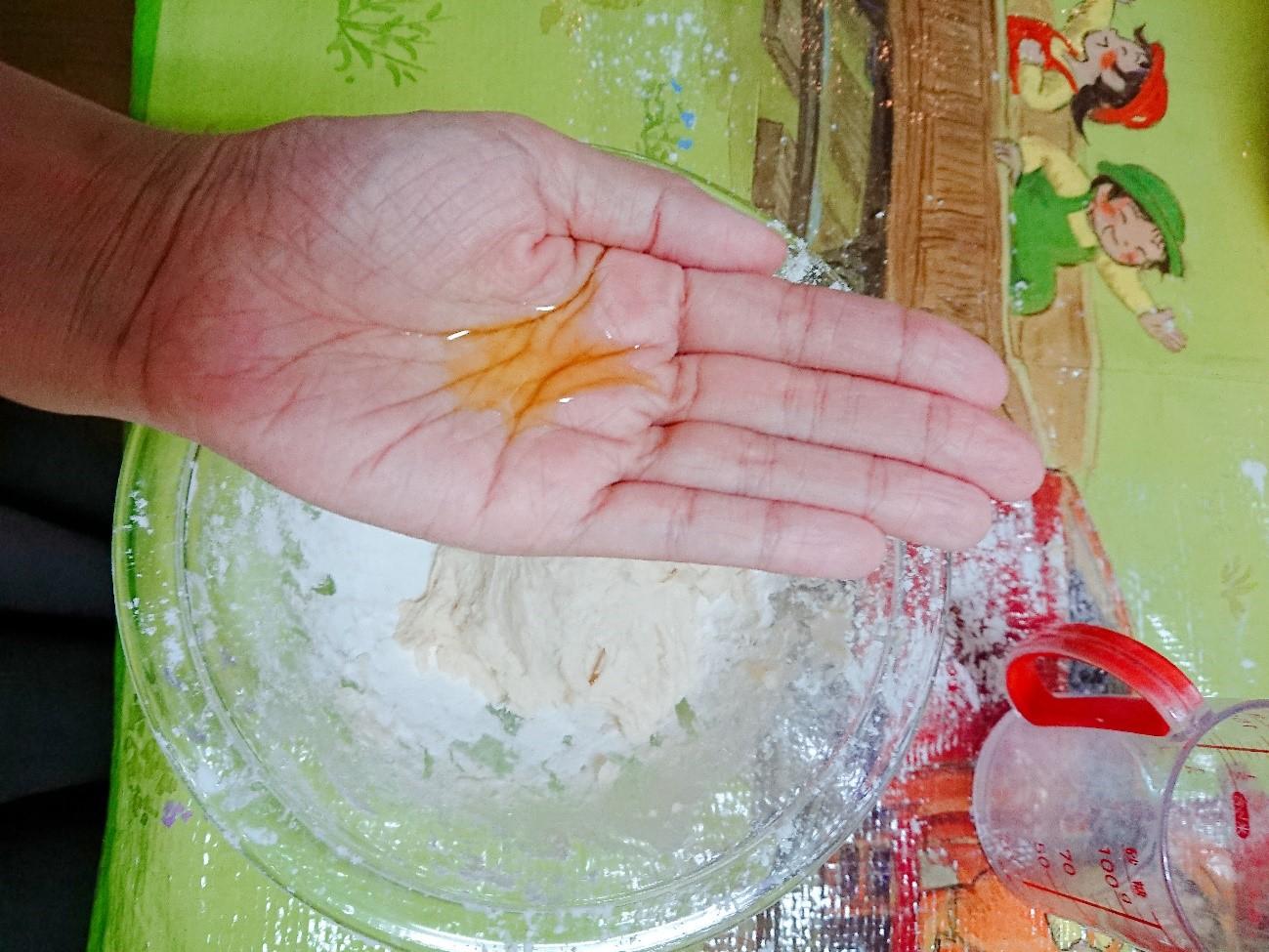 手に油を載せて小麦粉と混ぜる