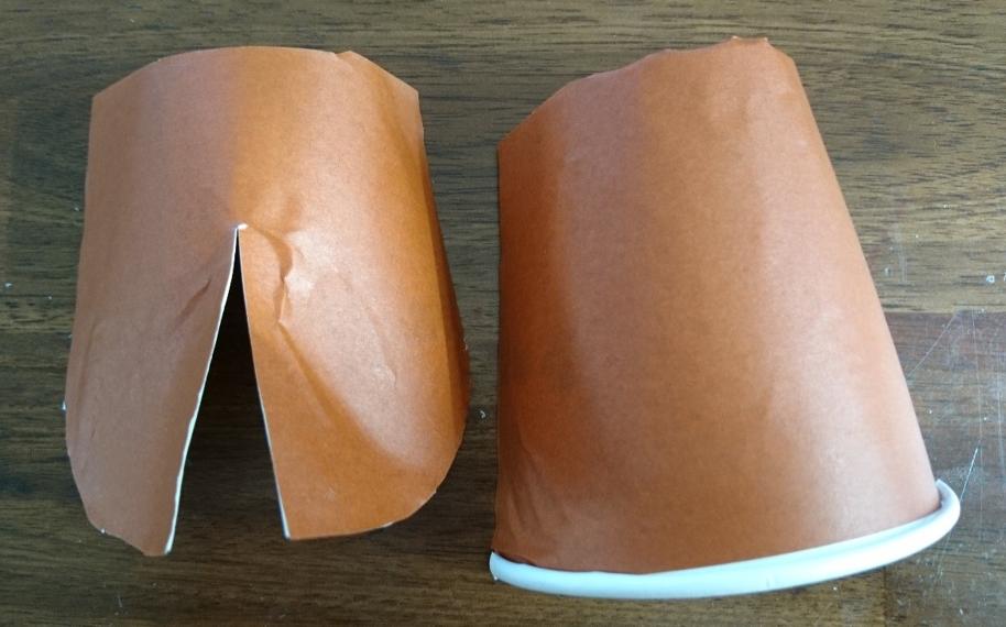 画像紙コップに茶色の折り紙を貼った