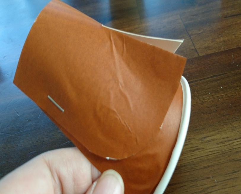 紙コップを2つ重ねてホッチキスで留める