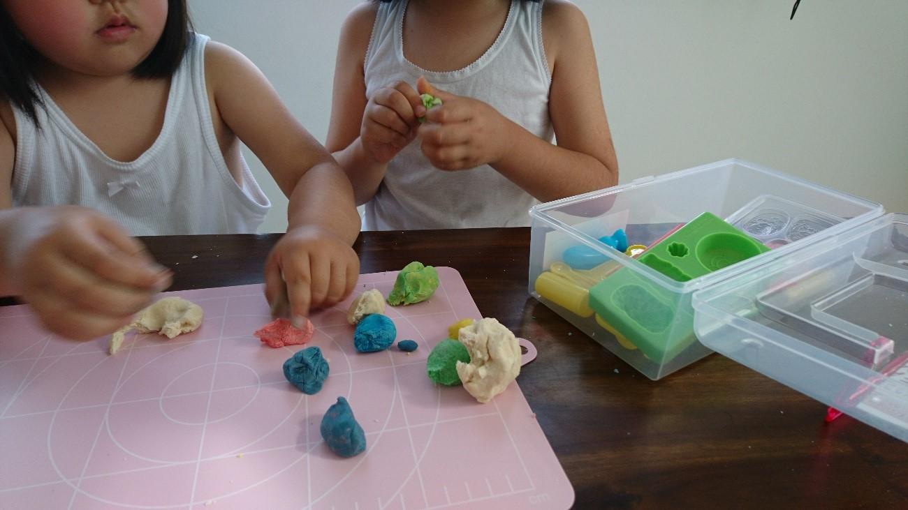 色粘土で遊ぶ