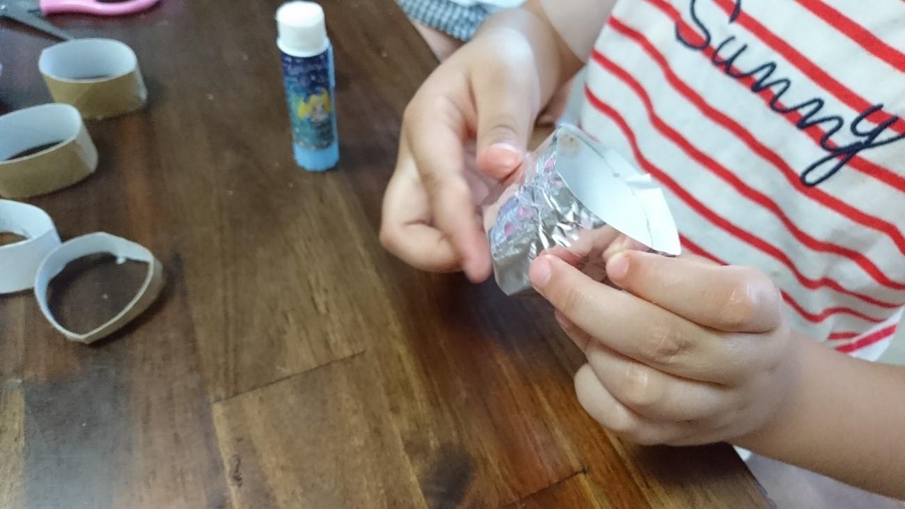 トイレットペーパーの芯と折り紙を巻く
