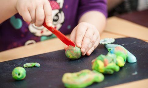 子どもの小麦粉粘土遊び