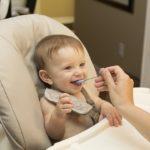 離乳食をたべる赤ちゃん