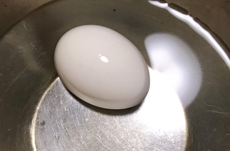 ゆで卵を冷水につける