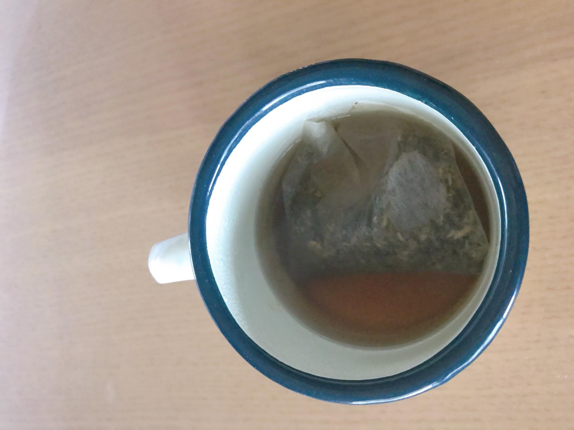 ホーリーバジルのお茶をお湯につけた画像