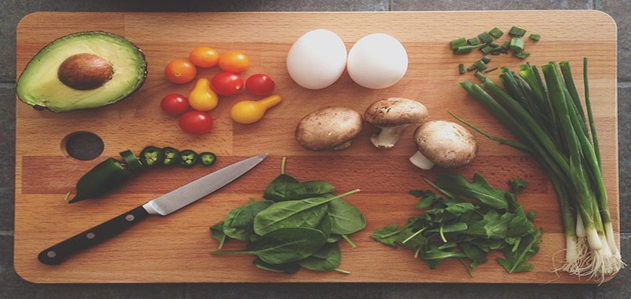 きのこや野菜とまな板