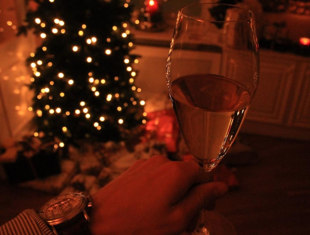 クリスマスツリーとワイン
