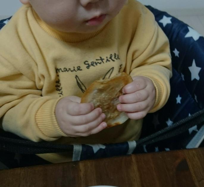 両手で食べる離乳食