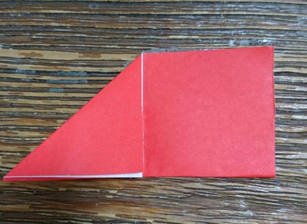 中心に向かって三角に折る
