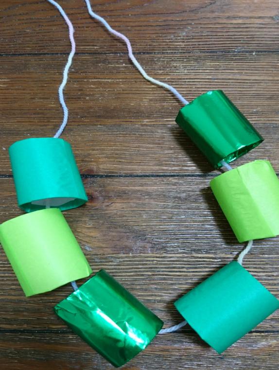 毛糸に折り紙芯と通す