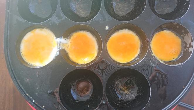 溶き卵をたこ焼き器へ